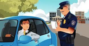 ¿Me multan por conducir con el codo fuera?