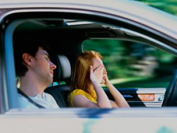 El 55% de los conductores reconoce que no para nunca cuando siente somnolencia al volante.